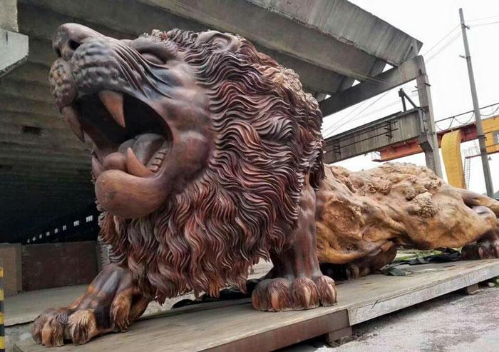 perierga.gr - Ένα τεράστιο λιοντάρι κοσμεί πλατεία της Κίνας και η κατασκευή του εντυπωσιάζει.