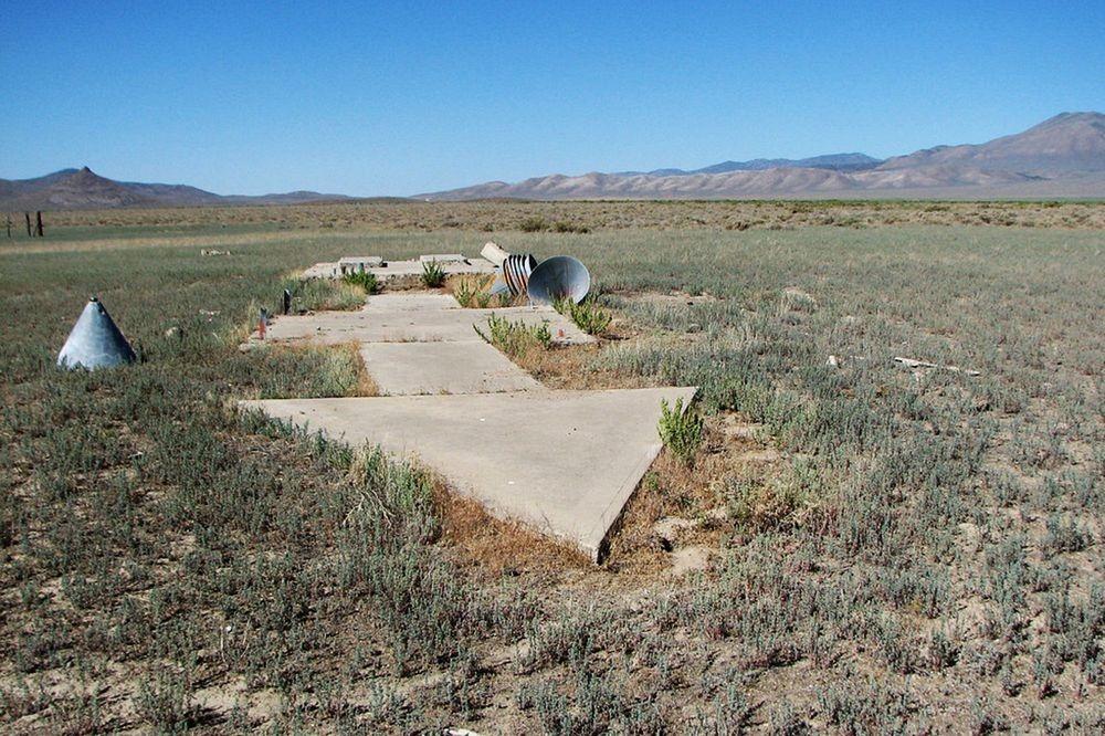 perierga.gr - Τα περίεργα τσιμεντένια βέλη στις ερήμους της Αμερικής!