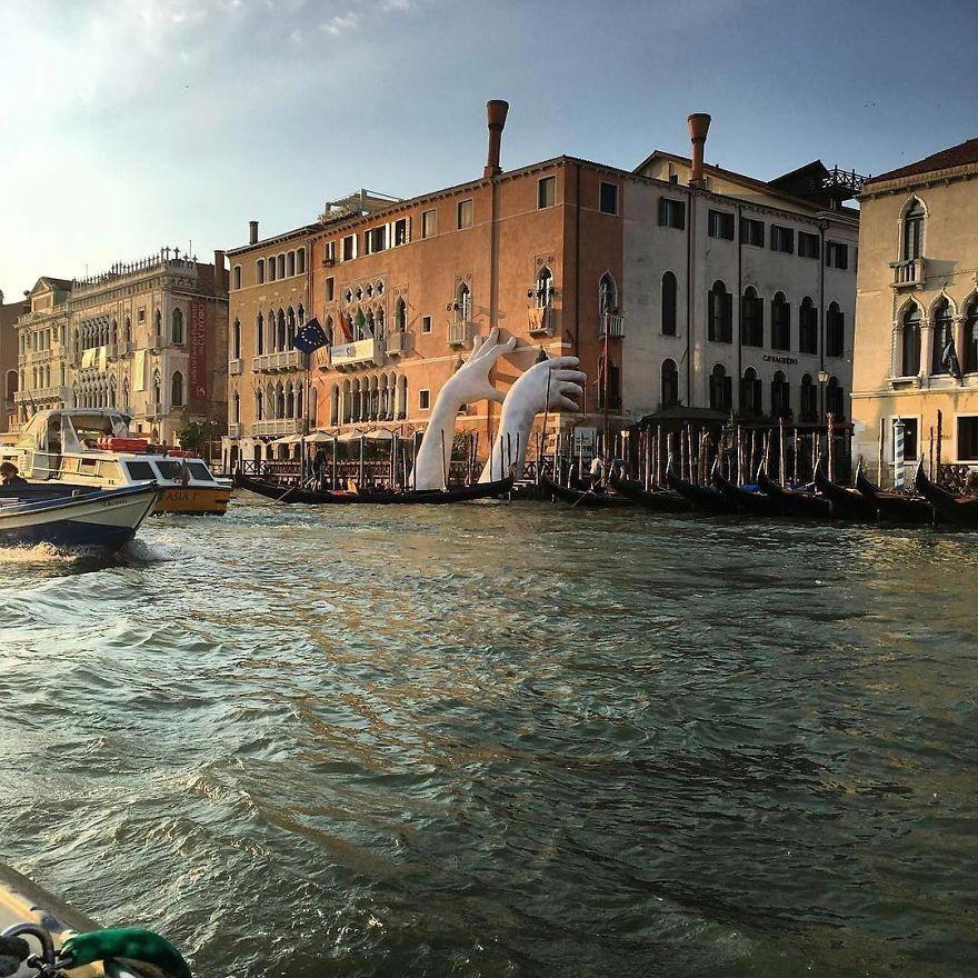 perierga.gr - Τεράστια χέρια αναδίνονται από τα νερά της Βενετίας...