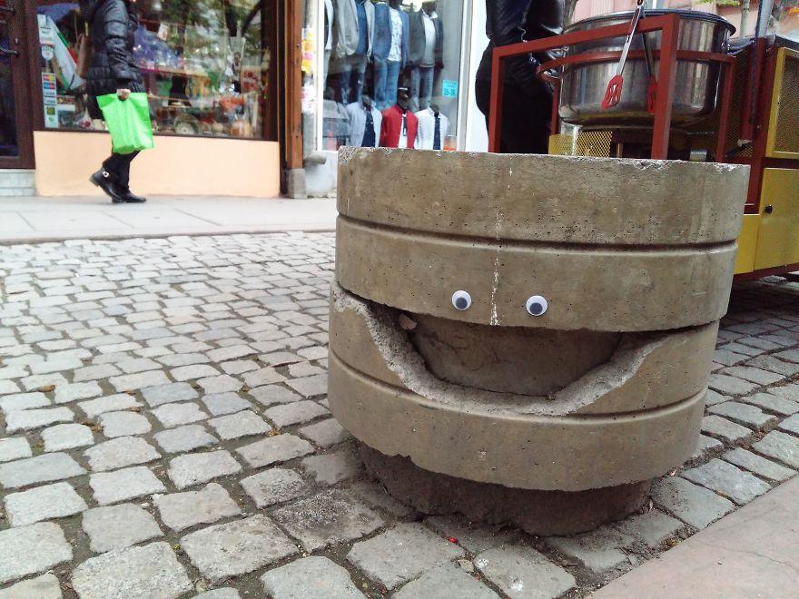 perierga.gr - Σπασμένα αντικείμενα στους δρόμους... αποκτούν μάτια!
