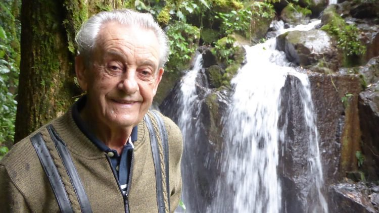 perierga.gr - 83χρονος έχει αφοσιωθεί στην αποκατάσταση τροπικών δασών!