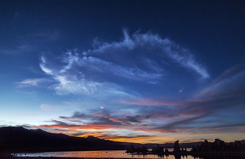 perierga.gr - Ασημί σύννεφα λάμπουν στον νυχτερινό ουρανό!