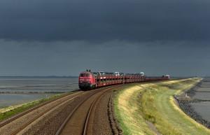 Τρένα περνούν μέσα από τα πιο περίεργα μέρη