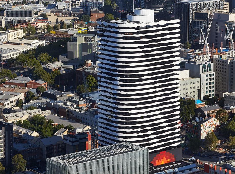 perierga.gr - Πρόσωπο αποτυπώνεται σε ουρανοξύστη!