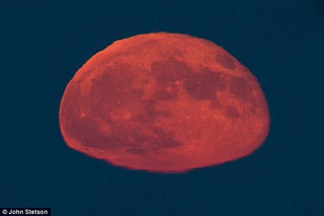 perierga.gr - Ορθογώνιο... φεγγάρι προκαλεί θεωρίες συνωμοσίας!