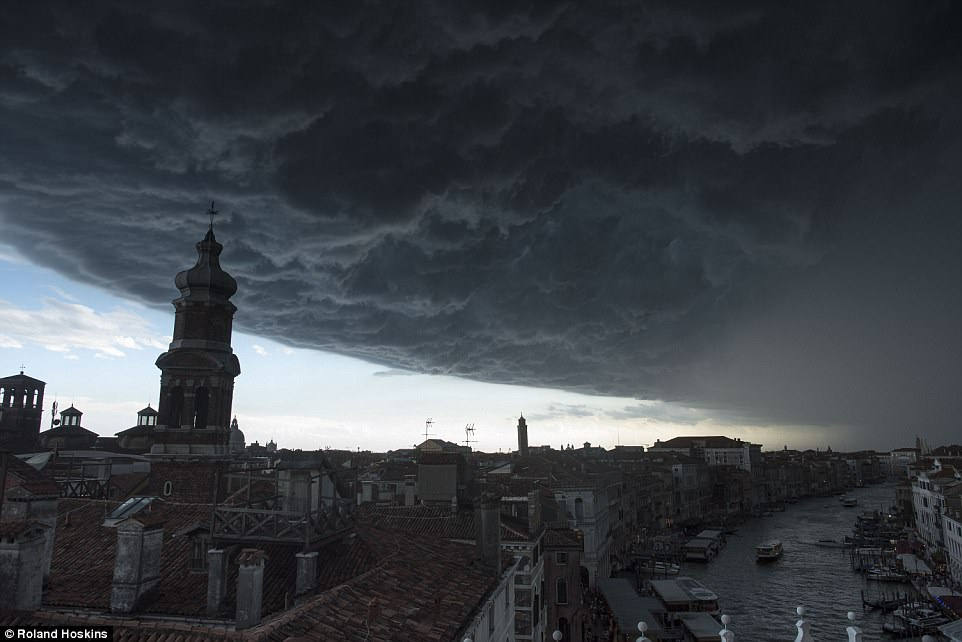 perierga.gr - Τεράστια σύννεφα πάνω από τη Βενετία δημιουργούν απόκοσμες εικόνες!
