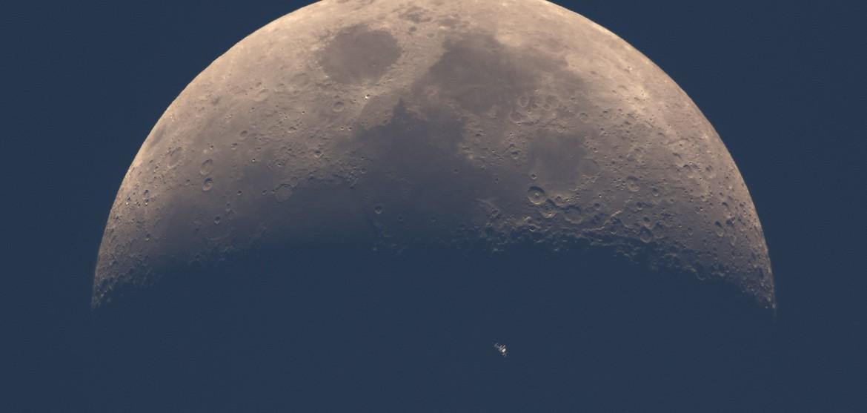 perierga.gr - Ο Διεθνής Διαστημικός Σταθμός σε τέλειο συγχρονισμό με τη Σελήνη!