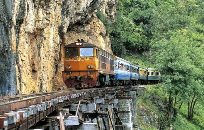 perierga.gr - Επικίνδυνες διαδρομές με τρένο σε ένα βίντεο!