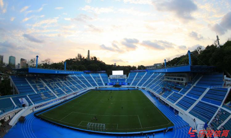 perierga.gr - Ποδοσφαιρική ομάδα στην Κίνα έβαψε το γήπεδο χρυσό για καλύτερη τύχη!