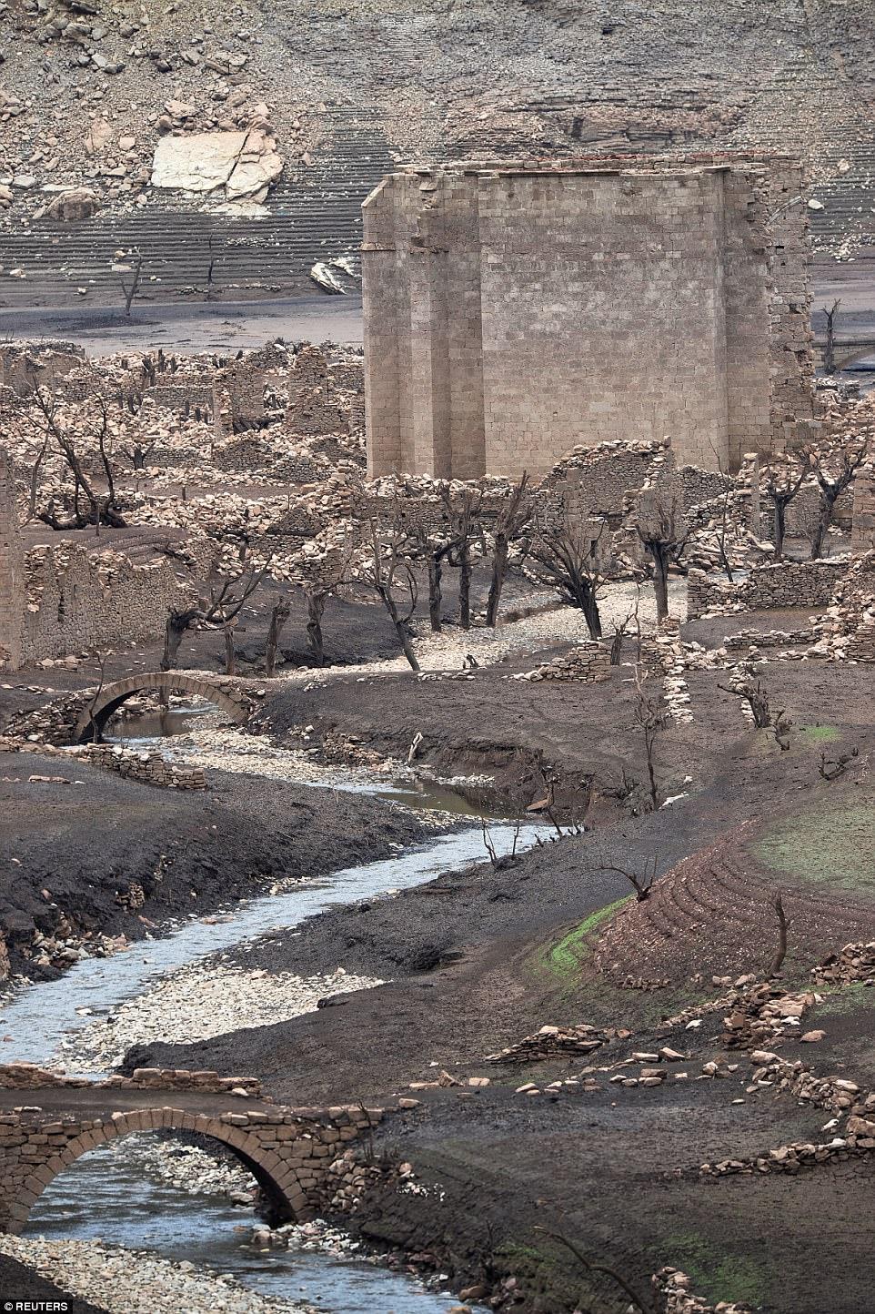 perierga.gr - Βυθισμένη ισπανική πόλη αναδύεται μία φορά τον χρόνο!