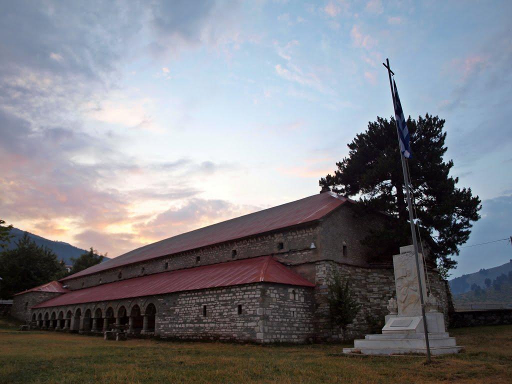 perierga.gr - Πεύκο μεγαλώνει μέσα στο ιερό εκκλησίας εδώ και 100 χρόνια!