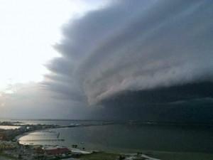 perierga.gr - Αεροπλάνο πέταξε μέσα σε τυφώνα!