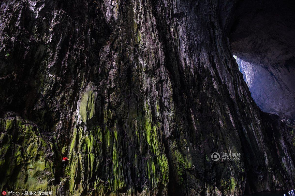 perierga.gr - Σκαρφαλώνει καθημερινά βράχο 180 μ. χωρίς σχοινιά ως... τουριστική ατραξιόν!