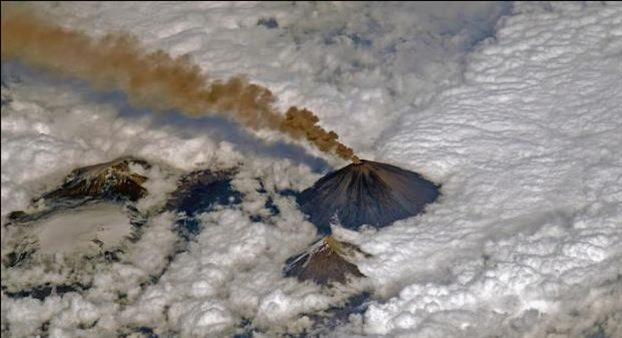perierga.gr - Ηφαίστειο που βρυχάται πάνω από τα σύννεφα!
