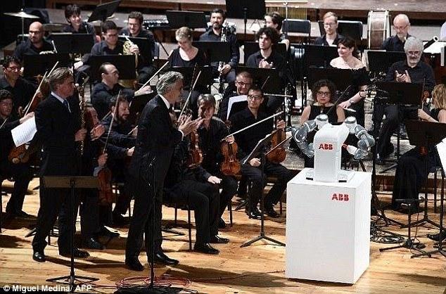 perierga.gr - Ρομπότ... μαέστρος διευθύνει ορχήστρα!