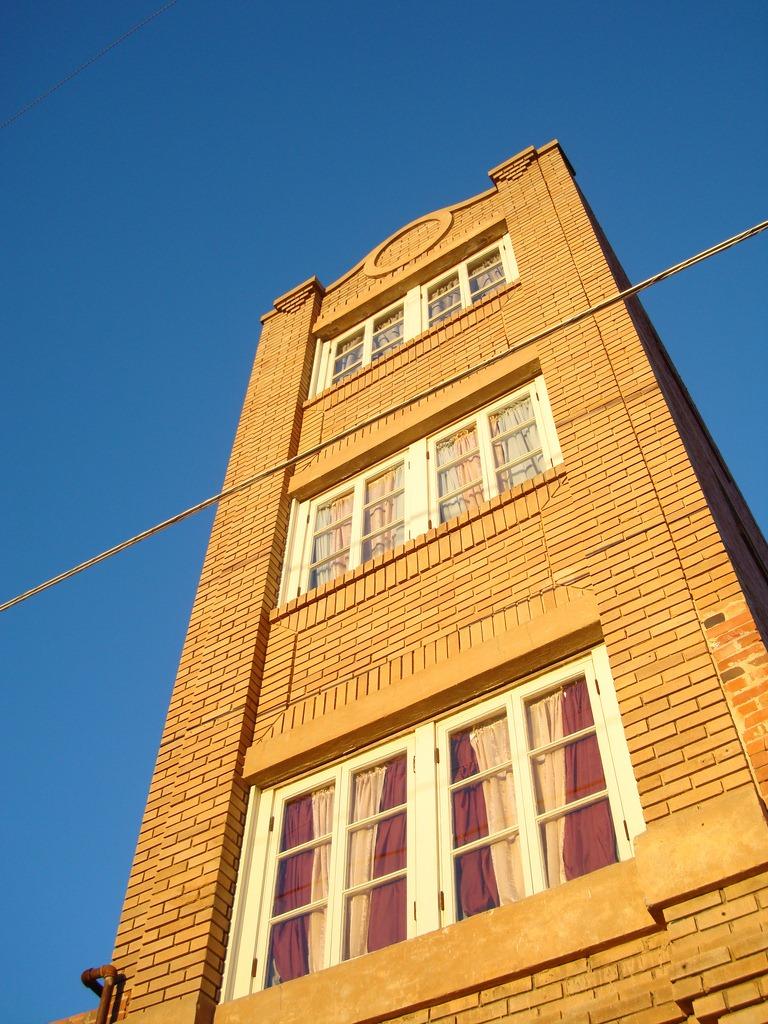 perierga.gr -  Ο μικρότερος ουρανοξύστης στον κόσμο ύψους... 1.2 μέτρων!