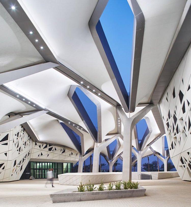 perierga.gr - Μοντέρνο κτήριο ξεχωρίζει στο ερημικό τοπίο
