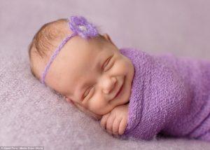 Μωρά χαμογελούν στον ύπνο τους και είναι αξιαγάπητα!