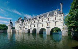 Ένα εντυπωσιακό παλάτι χτισμένο πάνω σε ποτάμι