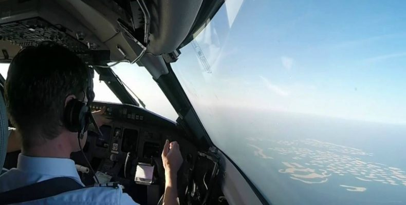 Perierga.gr-Προσγείωση μέσα από το πιλοτήριο του μεγαλύτερου αεροπλάνου