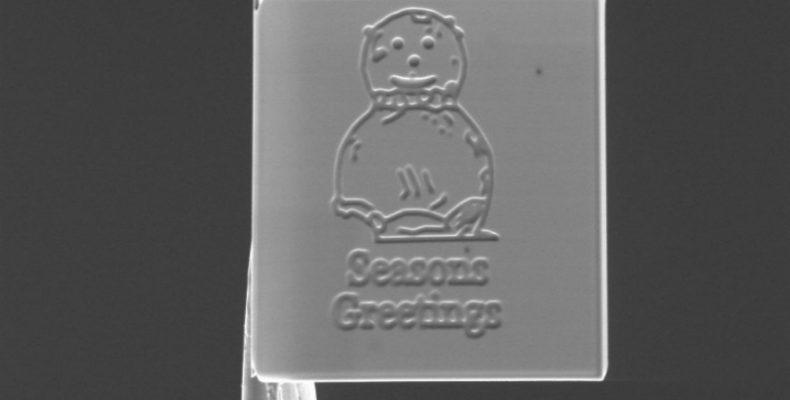 Perierga.gr-Δημιουργήθηκε η μικρότερη χριστουγεννιάτικη κάρτα στον κόσμο