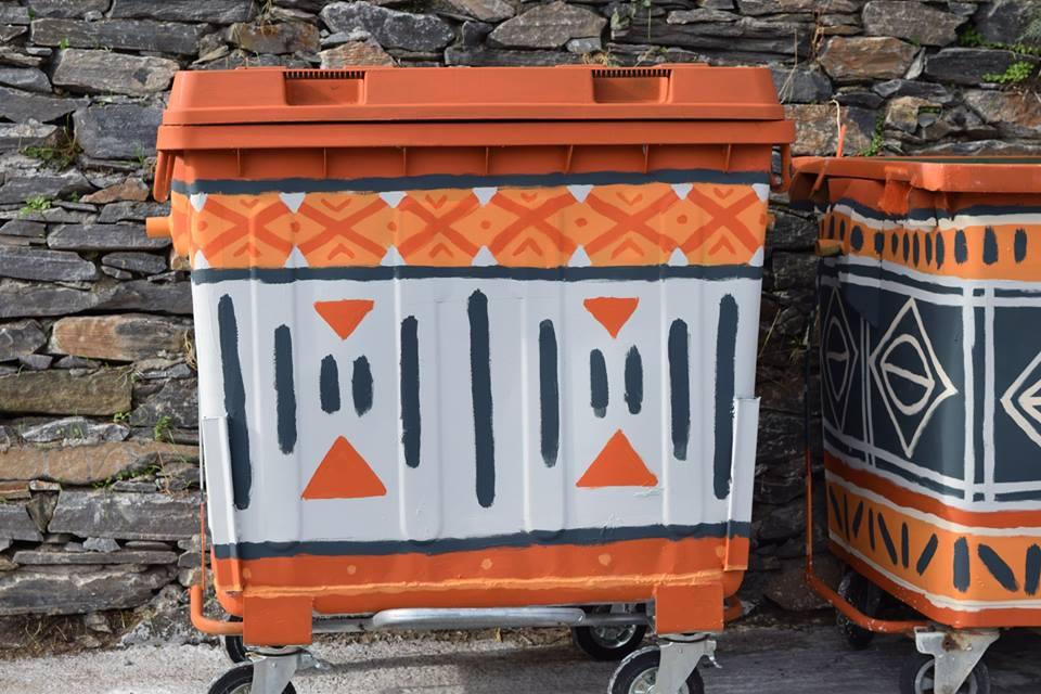 perierga.gr - Στην Άνδρο ζωγράφισαν τους κάδους και… άλλαξαν το χωριό τους!