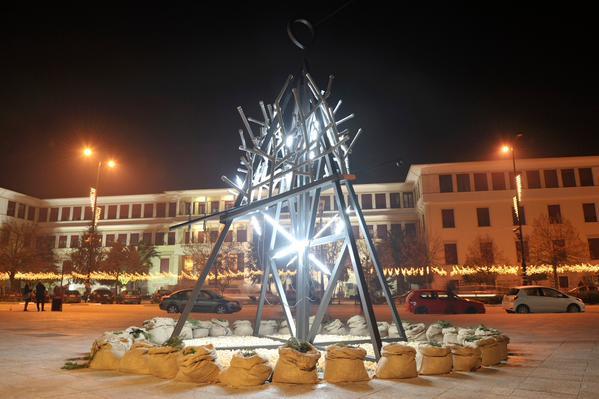 Perierga.gr - Τα Γιάννενα έχουν το πιο περίεργο χριστουγεννιάτικο δέντρο