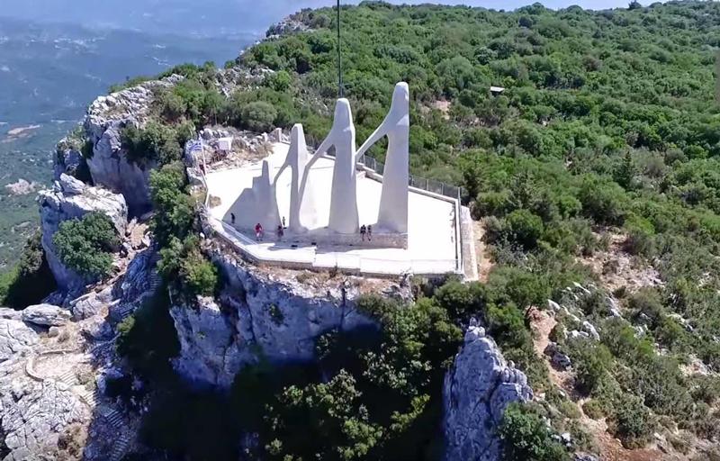 Ο ηρωικός βράχος του Ζαλόγγου απ' όπου έπεσαν οι Σουλιώτισσες!   Perierga.gr