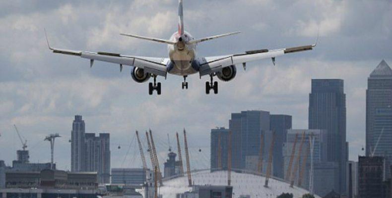 """Perierga.gr - Αεροπλάνο """"μάχεται"""" με έντονους ανέμους"""