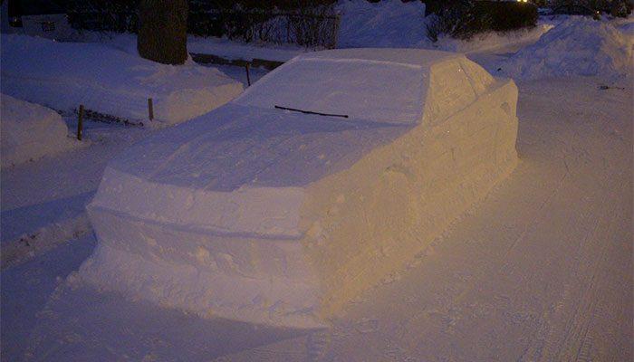 Perierga.gr- Αστυνομικοί έκοψαν κλήση σε αυτοκίνητο φτιαγμένο από χιόνι!