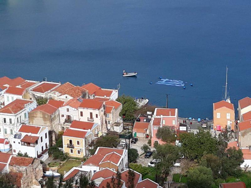 Perierga.gr - Η μεγαλύτερη υποβρύχια ελληνική σημαία στο Καστελόριζο