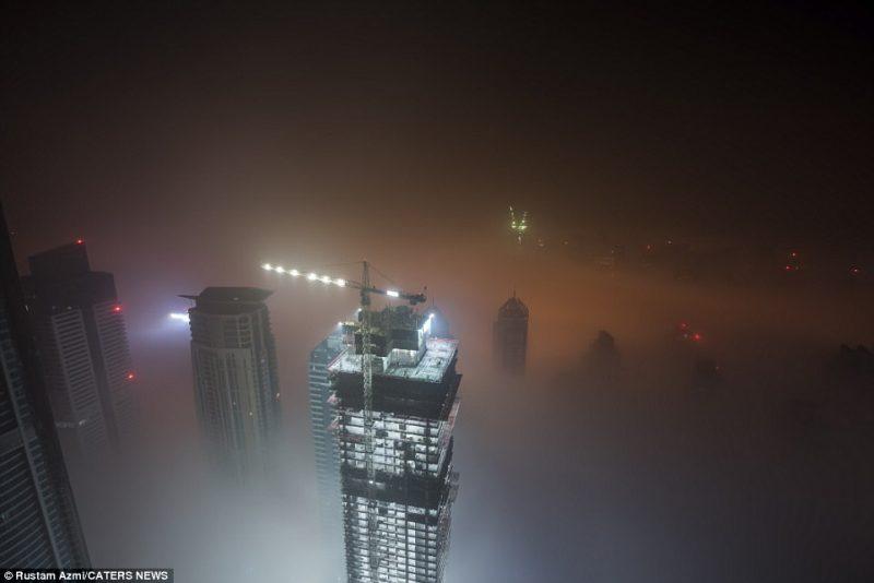 Perierga.gr - Οι ουρανοξύστες του Ντουμπάι φτάνουν ως τα σύννεφα