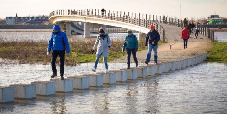 Perierga.gr - Ασυνήθιστη γέφυρα κατασκευασμένη για... πλημμύρες