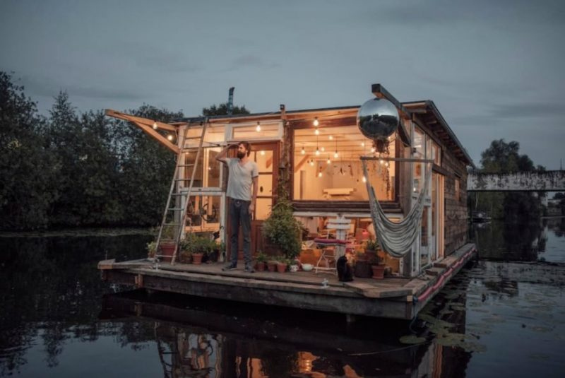 Perierga.gr - Δυο φωτογράφοι διασχίζουν την Ευρώπη σε...πλωτά σπίτια