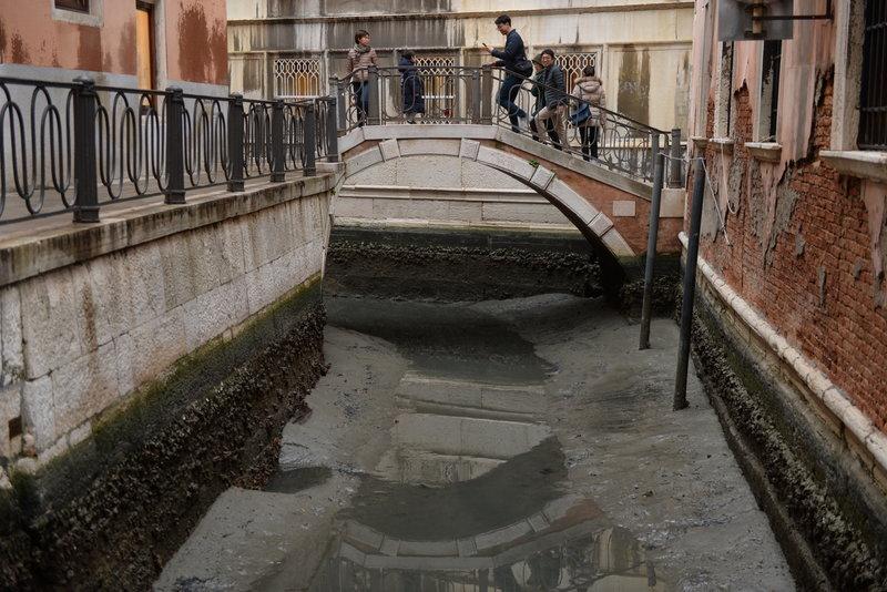 Perierga.gr - Στέρεψαν τα κανάλια της Βενετίας!