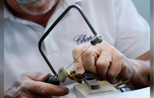 Perierga.gr - Πώς κατασκευάζεται το περίφημο βραβείο του Χρυσού Φοίνικα;