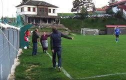 Perierga.gr - Γιαγιά στο Μέτσοβο μπήκε το γήπεδο γιατί την ενοχλούσε η φασαρία!