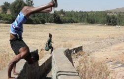 Perierga.gr - Ένας άνδρας που έμαθε να περπατά με τα χέρια