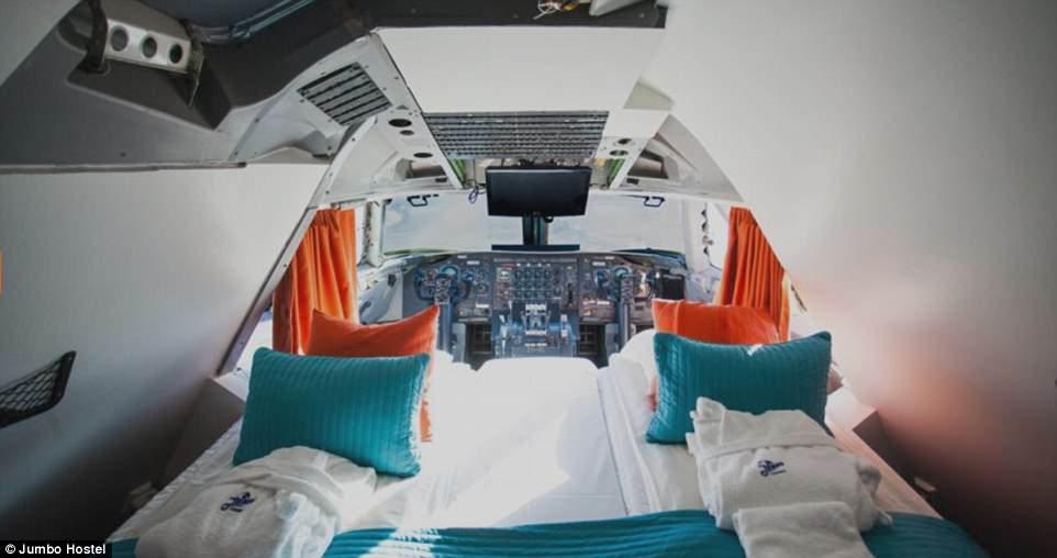 Perierga.gr - Ξενοδοχεία μέσα σε αεροπλάνα και ελικόπτερα!