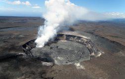 Perierga.gr - Πτήση πάνω από τον κρατήρα του Κιλαουέα που καταρρέει