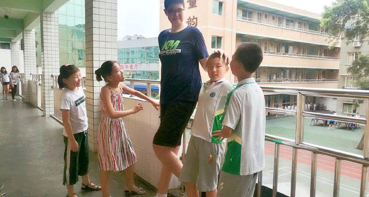 Perierga.gr - 11χρονος μαθητής έχει ύψος 2,06 μέτρα!