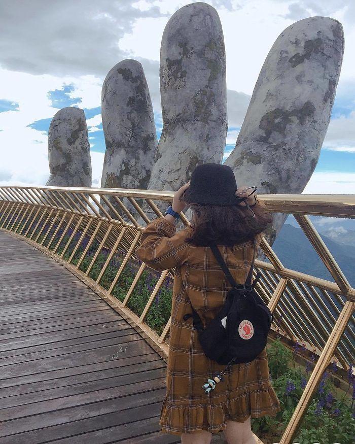"Perierga.gr - Μια γέφυρα που την ""αγκαλιάζουν"" δυο χέρια"
