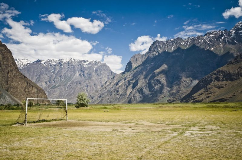 Perierga.gr - Γήπεδα ποδοσφαίρου χτισμένα σε εκπληκτικές τοποθεσίες