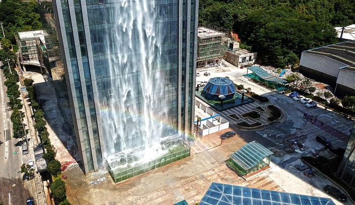 Perierga.gr - Στην Κίνα έφτιαξαν καταρράκτη σε ουρανοξύστη!