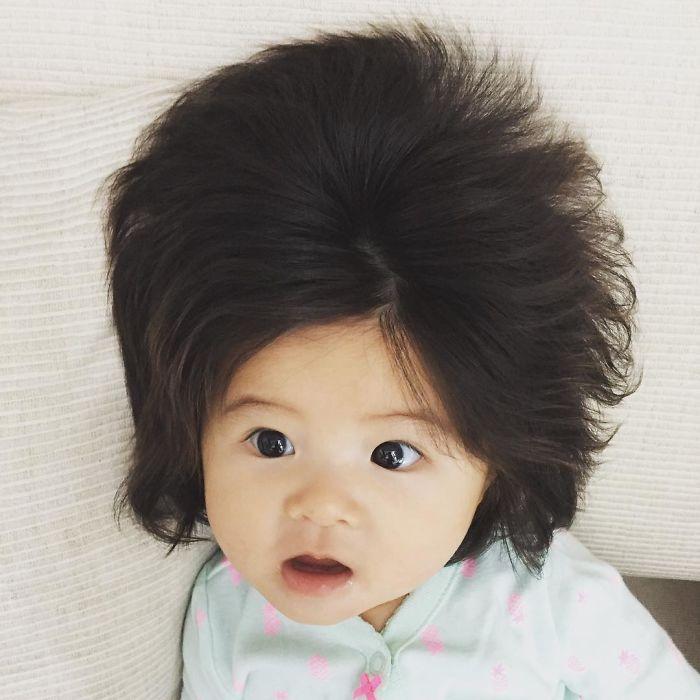 Perierga.gr - Μωρό 6 μηνών έγινε viral εξαιτίας των πλούσιων μαλλιών του!