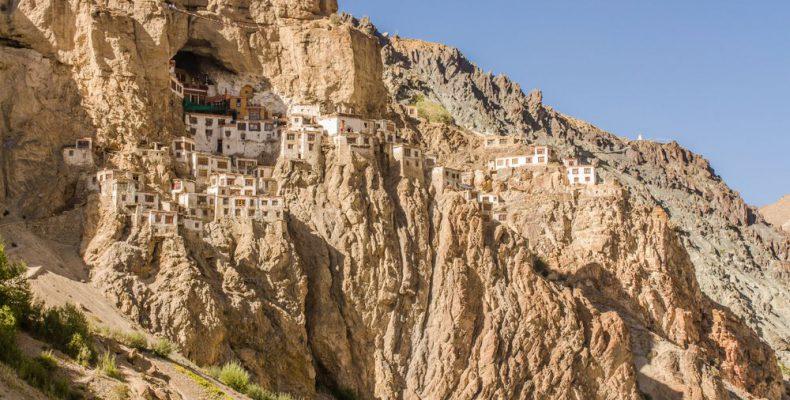 """Perierga.gr - Ναοί και μοναστήρια που """"κρέμονται"""" στα βράχια"""