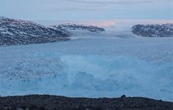 Perierga.gr - Η στιγμή που ξεκολλάει παγόβουνο μήκους 6,4 χιλιομέτρων