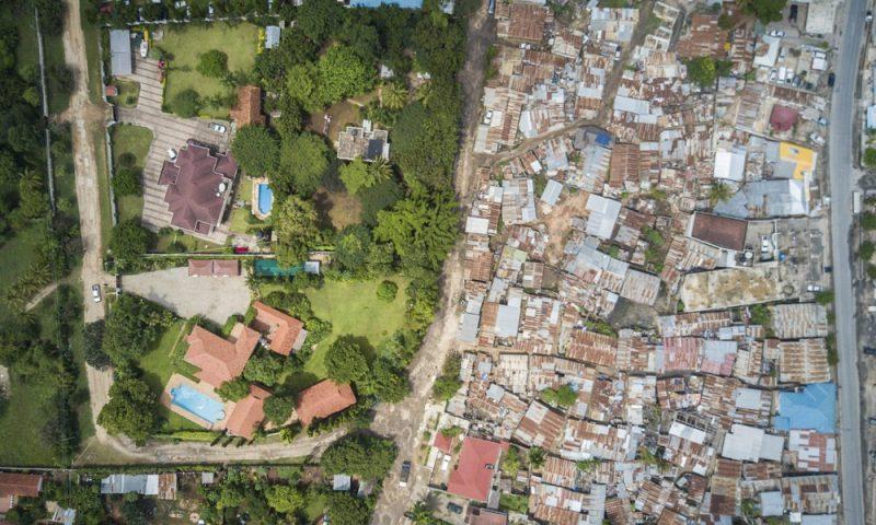 Perierga.gr - Φωτογράφος χρησιμοποιεί drone για να καταγράψει την κοινωνική ανισότητα στον κόσμο
