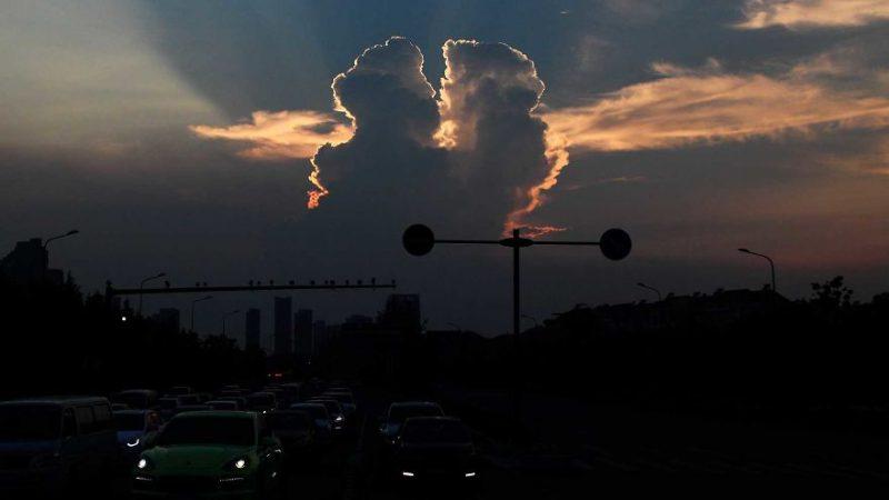 Perierga.gr - Δυο σύννεφα... που φιλιούνται!
