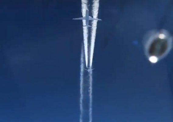 Perierga.gr - Δυο αεροπλάνα πετούν σε... απόσταση αναπνοής